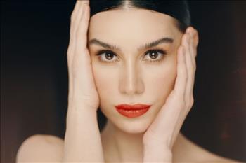 Jowe Kaş Şekillendirici'nin Yeni Reklam Yüzü Burcu Kıratlı Oldu