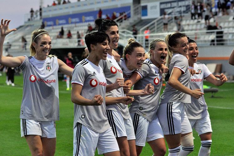 """Beşiktaş'ın """"Ben Varım"""" Diyen Kadın Futbolcuları Kupayı Kaldırdı"""