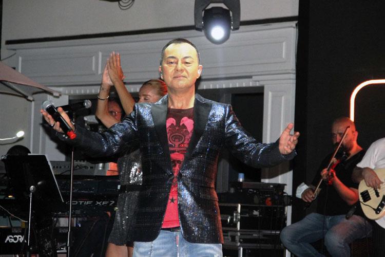 Serdar Ortaç Azka Sahne'de Tüm Sevenlerini Dansa Kaldırdı